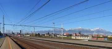 在Tatra山背景的铁路轨道 免版税图库摄影