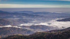 在Tatras谷在日出,波兰的流动的雾 股票视频