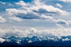 在Tatry的看法在从新塔尔格的波兰与云彩的冬时的 免版税库存照片