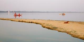 在Taungthaman湖的一条小船在曼德勒,缅甸 库存图片