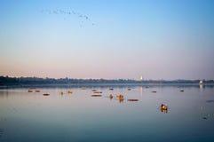 在Taungthaman湖的小船在Amarapura,曼德勒缅甸 图库摄影