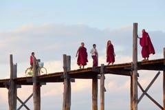 在Taungthaman湖的著名古老U-Bein柚木树桥梁坛场的 库存图片