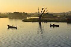 在Taungthaman湖, Amarapura,曼德勒,缅甸的日落 图库摄影