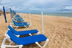 在Tavira,葡萄牙附近的被放弃的10月Barril海滩 免版税库存照片