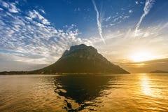在Tavolara海岛,撒丁岛上的日出 免版税库存图片