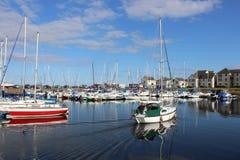 在Tayport港口,鼓笛,苏格兰乘快艇到达 免版税库存图片