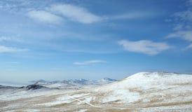 在Tazheran干草原的清早日出 积雪的小山在紫外树荫下被上色  图库摄影