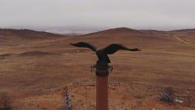 在Tazheranskaya干草原的僧人老鹰专栏 股票视频