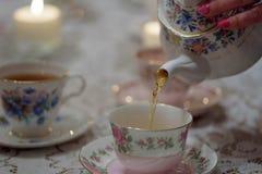 在teaparty的倾吐的茶 库存照片