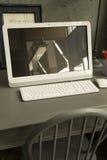 在teble的计算机在worinking的屋子里 库存图片