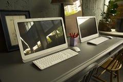在teble的计算机在worinking的屋子里 免版税库存照片