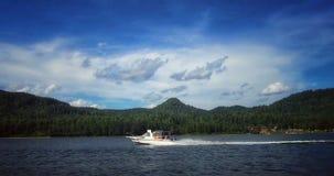 在Teletskoe湖的小船 库存图片