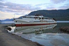 在Teletskoye湖阿尔泰山的,俄罗斯的老小船 免版税库存照片