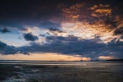 在Teluk Sisek的火热的日落 免版税库存图片