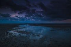 在Teluk Sisek的蓝色小时 免版税库存图片