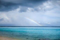 在Temae海滩盐水湖的彩虹在Moorea海岛 免版税库存图片