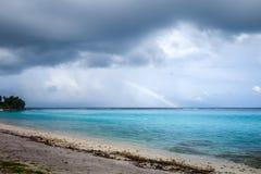 在Temae海滩盐水湖的彩虹在Moorea海岛 图库摄影