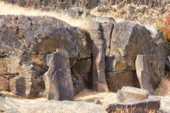 在Temani Pesh-wa足迹的古老刻在岩石上的文字 免版税库存图片