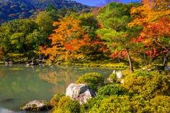 在tenryu籍寺庙湖的秋天  图库摄影