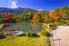 在tenryu籍寺庙湖的秋天  免版税库存照片