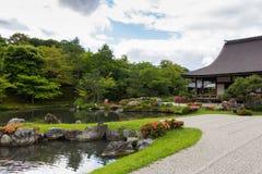 在Tenryu籍寺庙的水池在京都,日本 免版税库存图片