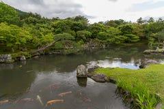 在Tenryu籍寺庙的水池在京都,日本 库存照片