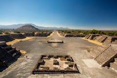 在teotihuacan距离墨西哥金字塔更小的步骤的星期日之后 免版税库存照片
