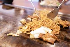 在teppanyaki平底锅的Yakisoba在餐馆 库存照片