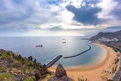在Teresitas沙滩的Arial视图在特内里费岛海岛海岸线在圣克鲁斯市,加那利群岛,西班牙附近的 库存照片