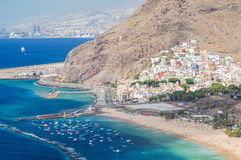 在Teresitas海滩的美丽如画的出色的意见在特内里费岛海岛上 库存图片