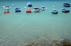在Teresitas的五颜六色的渔船在特内里费岛靠岸 免版税图库摄影