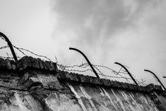 在Terezin黑白的集中营的生锈的barbwired墙壁- 库存照片