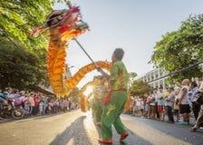 在Tet月球新年节日,越南的龙舞蹈 库存照片