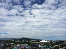 在Th天空的云彩城市 免版税库存照片