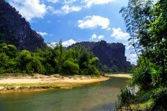 在Tham Xang洞附近的河。 免版税库存照片