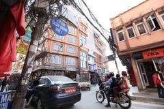 在Thamel街道上的尼泊尔人早晨在加德满都 免版税库存图片