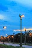 在Thanon UtthayanAksa路,曼谷,泰国的暮色天空 图库摄影