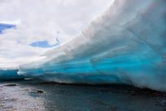 在The Creek的熔化的冰 库存图片