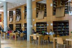 在Thessalonik大学图书馆的架子的书  免版税图库摄影