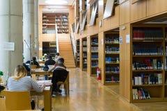 在Thessalonik大学图书馆的架子的书  免版税库存照片