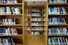 在Thessalonik大学图书馆的架子的书  免版税库存图片