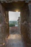 在Thirumayam堡垒外面的看法通过城垛 免版税库存图片