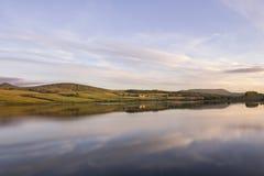 在Threipmuir水库的日落 库存照片