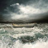 在thrunderstorm的划艇 免版税库存图片