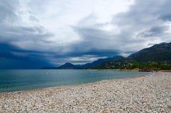 在thunderstormy天气在9月,黑山的酒吧城市沿海线  免版税库存图片