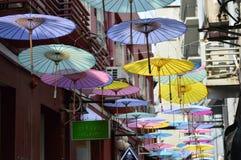 在Tianzifang,上海,中国的被上油的纸伞 免版税库存图片
