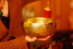 在tibetian碗的冥想的声音浸没的精神女孩 免版税库存图片