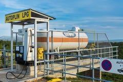 在Tifon加油站的液化石油气坦克 免版税库存图片