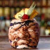 在tiki玻璃的加勒比酒精鸡尾酒 免版税库存照片