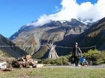 在Tilicho营地,尼泊尔的人运载的水 免版税库存照片